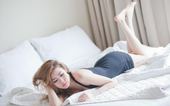 Азиатки в кроватке