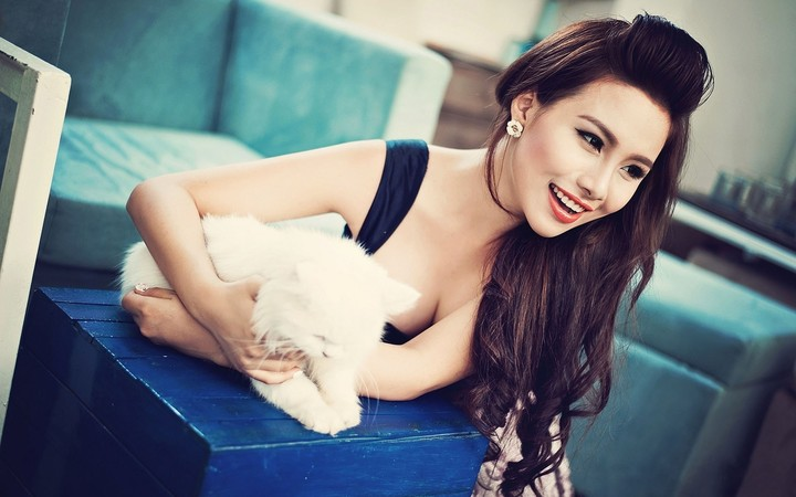 White Fluffy Kitten Asian Girl Model Sofa Green Hd